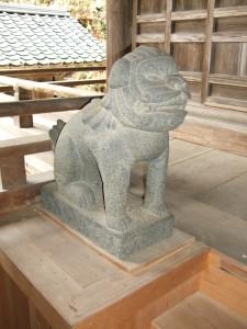 拝殿狛犬左側