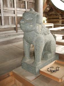 拝殿狛犬右側